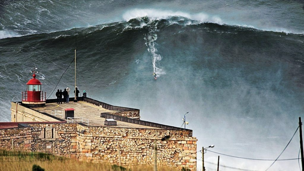 """Ola de 100 pies"", el documental de sobre los jinetes de olas gigantes"