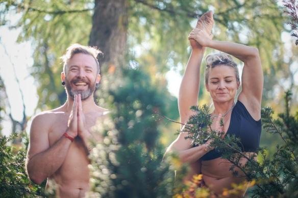 Jelena Vesic y David Robson te enseñan yoga de la forma correcta